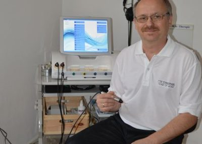 Heilpraktiker Peter Babilas am Mora Nova Bioresonanzgerät